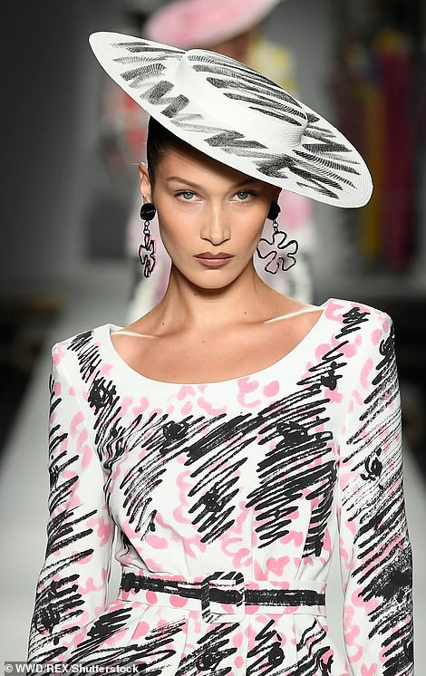 Bella Hadid trong một thiết kế khác của Mosschino
