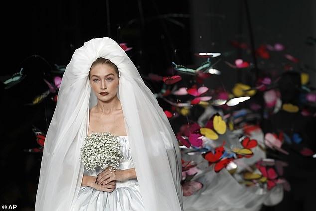 Siêu mẫu 23 tuổi diện bộ váy cưới cách điệu
