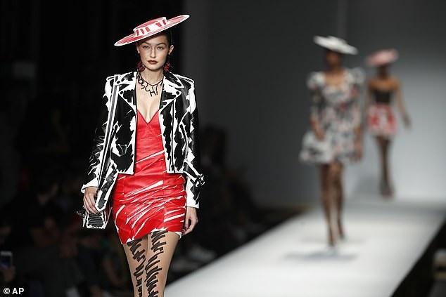 Gigi Hadid trong một bộ váy kiểu dáng hiện đại khác