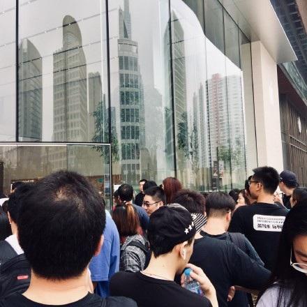 Người hâm mộ đứng xếp hàng mua iPhone tại tỉnh Tô Châu, Trung Quốc trong ngày mở bán.
