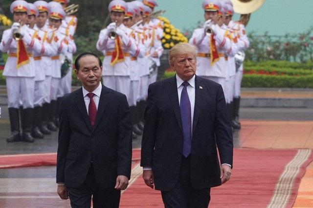 Chủ tịch nước Trần Đại Quang và Tổng thống Hoa Kỳ Donald Trump trong lễ đón chính thức tại Hà Nội ngày 12/11/2017. Ông Donald Trump thăm Việt Nam ngay trong năm đầu nhiệm kỳ, theo lời mời của Chủ tịch nước Trần Đại Quang (ảnh: Hữu Nghị).