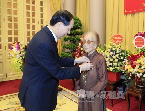 Ngày 31/8/2017, Chủ tịch nước Trần Đại Quang trao Huy hiệu 70 năm tuổi Đảng cho bà Nguyễn Thị Bình, nguyên Uỷ viên Ban Chấp hành Trung ương Đảng, nguyên Phó Chủ tịch nước CHXHCN Việt Nam (ảnh: TTXVN)