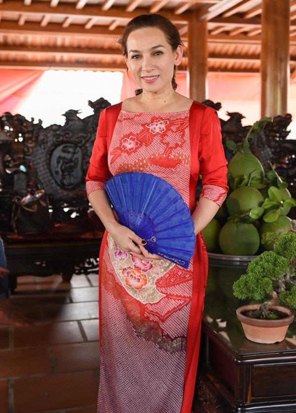 Ca sĩ Phi Nhung khá thân thiết với nghệ sĩ Hoài Linh, cô cũng đến rất sớm và chọn trang phục áo dài quen thuộc