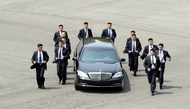 Đội vệ sĩ bảo vệ xe chở ông Kim Jong-un trong chuyến đi tới Khu phi quân sự liên Triều họp thượng đỉnh liên Triều hồi tháng 4. (Ảnh: AFP)