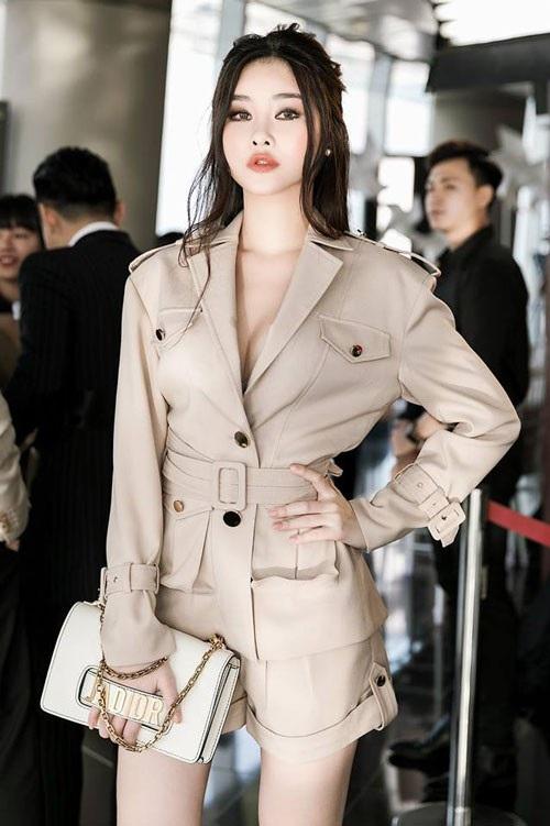 Vẻ quyến rũ và gu thời trang sành điệu của nàng Hoa hậu