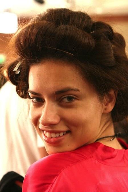 Đằng sau hậu trường, Adriana Lima lại dung dị khoe ra nụ cười hồn nhiên và gương mặt mộc hoàn hảo