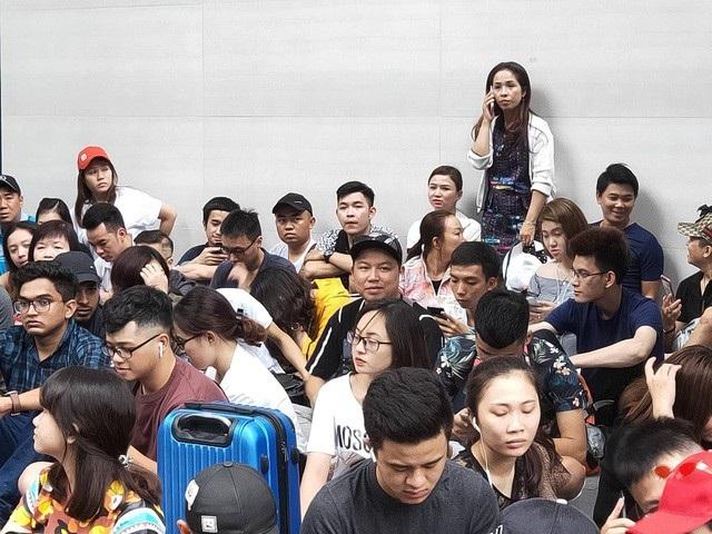 Rất đông người Việt, chủ yếu là các đại lý kinh doanh iPhone, đã có mặt tại Apple Store của Singapore từ rất sớm.