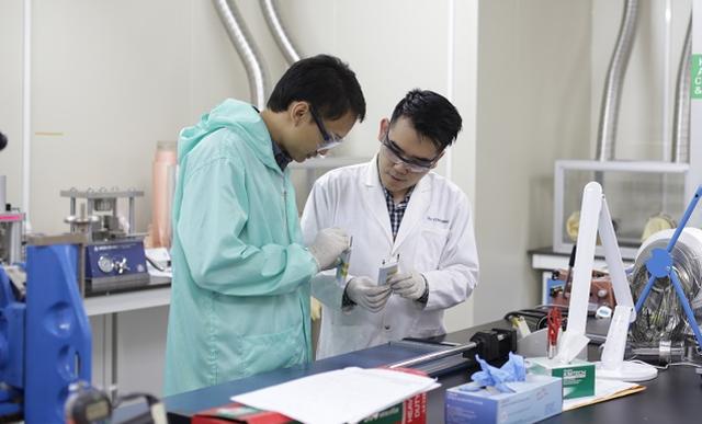 Sinh viên trường ĐH Thành Tây trong phòng thực hành nghiên cứu khoa học
