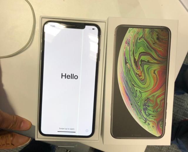 iPhone XS Max vừa mở bán đã bị lỗi màn hình kẻ sọc - 1