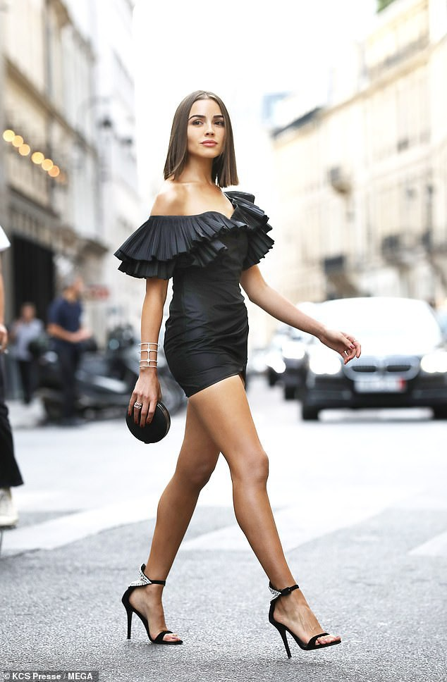 Cựu hoa hậu hoàn vũ chỉ cao 1,65m nhưng rất khéo chọn váy áo để tôn dáng