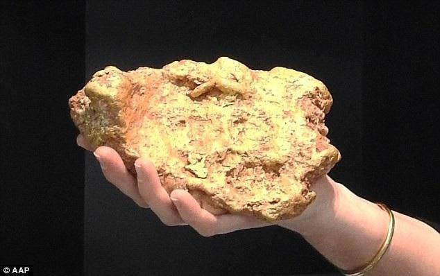 Cục vàng ước tính có giá khoảng 2,5 tỷ đồng.