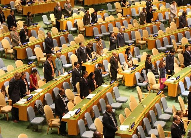 Đại diện các nước tham dự phiên họp dành một phút mặc niệm cho Chủ tịch nước Trần Đại Quang (ảnh: TTXVN)