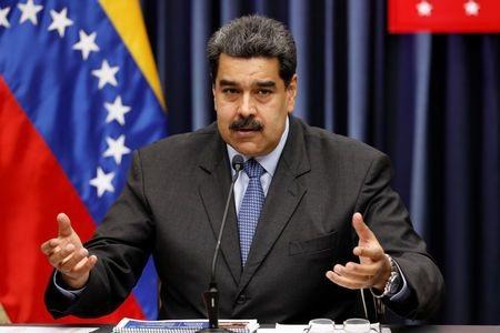 Tổng thống Venezuela Nicolas Maduro vừa tuyên bố giam 34 người quản lý siêu thị vì tội giấu và thổi giá lương thực. (Nguồn: Yahoo)