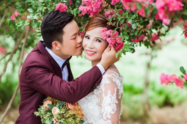 """Sau một thời gian """"gây bão"""" trên MXH vì chú rể kém cô dâu 35 tuổi, vừa qua cặp đôi Hoa Cương-Thu Sao đã chính thức về chung một nhà."""