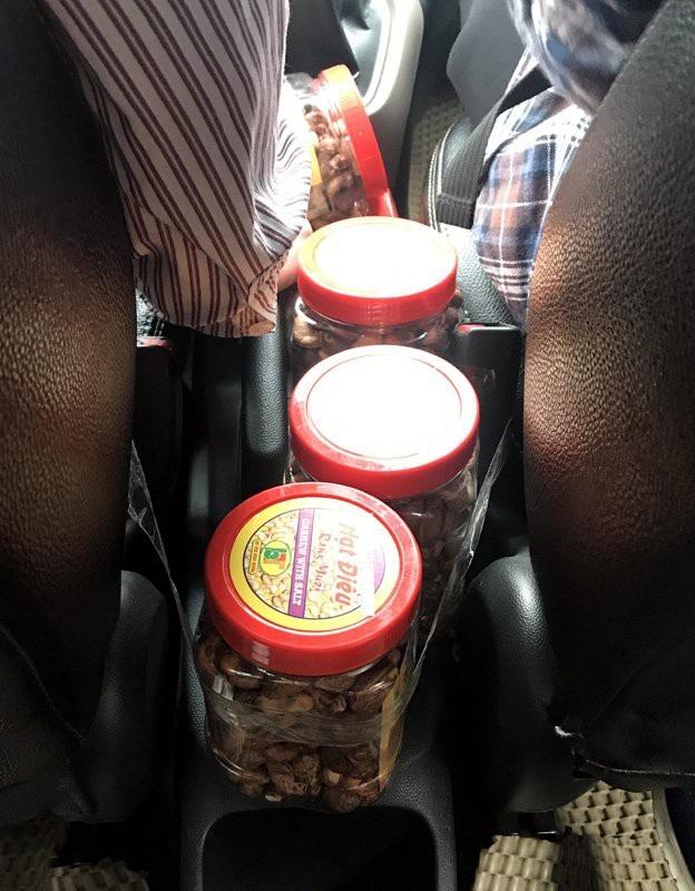 Chỉ tranh thủ bán hàng trên xe lúc chở khách, nhiều tài xế taxi có thể kiếm được khoản tiền kha khá hàng tháng
