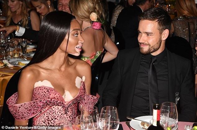 Cô ngồi bên bàn tiệc cùng với ca sỹ Liam Payne.