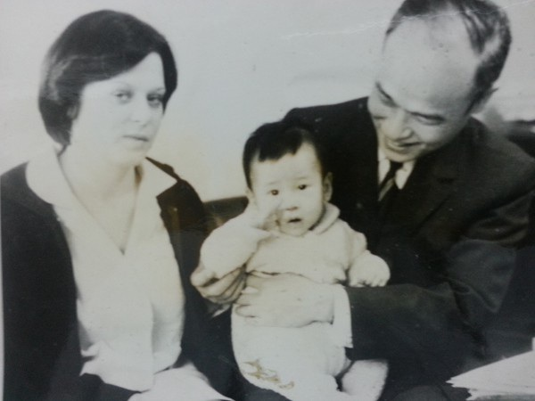 Minh Tiệp sinh năm 1977 tại Praha – Tiệp Khắc. Tuy nhiên, sau khi sinh con, mẹ nam diễn viên mắc bệnh nên phải về Việt Nam. Minh Tiệp được bố và một vú nuôi người nước ngoài chăm sóc.