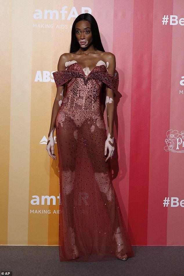 Người đẹp khoe dáng chuẩn trong bộ váy xuyên thấu hoàn hảo