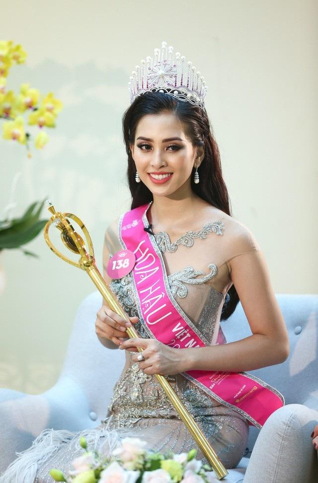 MC Nguyên Khang dành cho Tân Hoa hậu Việt Nam 2018 câu hỏi khá sốc khi hỏi rằng nhiều người đẹp lợi dụng cuộc thi sắc đẹp để bóp méo, làm những chuyện không tốt. Tân Hoa hậu sẽ làm gì để không bị rơi vào scandal?