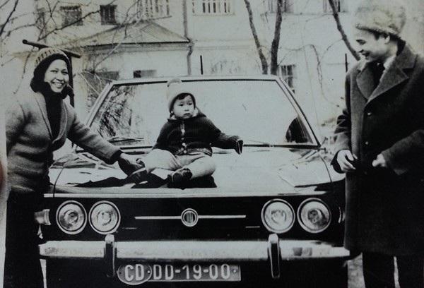 Từ bé, Minh Tiệp đã rất mê ô tô. Năm 4 tuổi, Minh Tiệp đòi bố mẹ cho ngồi trên nóc ô tô dù thời tiết ở Praha lạnh cóng vào mùa đông.