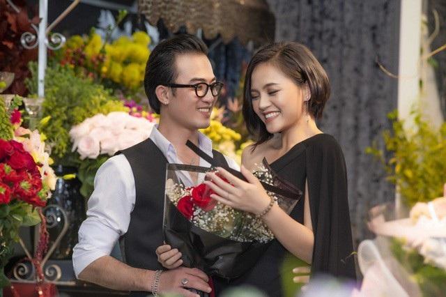 Doãn Quốc Đam kể Thu Quỳnh là nữ diễn viên bị anh đánh đau nhất khi đóng phim Quỳnh búp bê. Tuy nhiên ở ngoài đời, cả hai lại vừa bị bắt gặp với hình ảnh vô tư thân mật, đắm đuối dù đứng bên cạnh có Công Lý và bạn gái, Vân Dung, Quang Thắng.