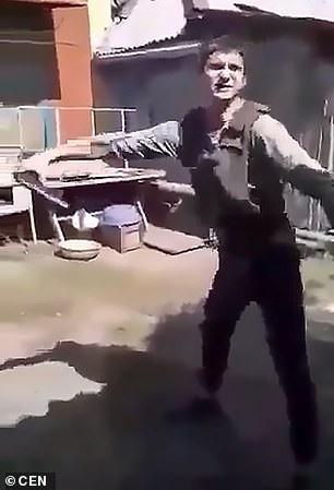 Thanh niên tự bắn vào bụng mình