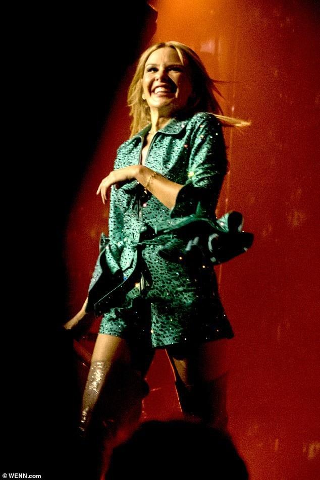 Cô thay rất nhiều trang phục trẻ trung trong đêm diễn này