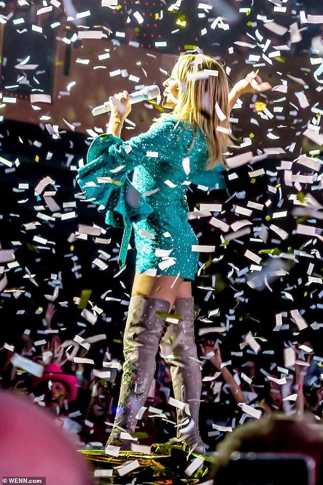 Ngôi sao của bản hit Cant Get You Out of My Head trình diễn chùm ca khúc hit trong sự cổ vũ của hàng nghìn khán giả