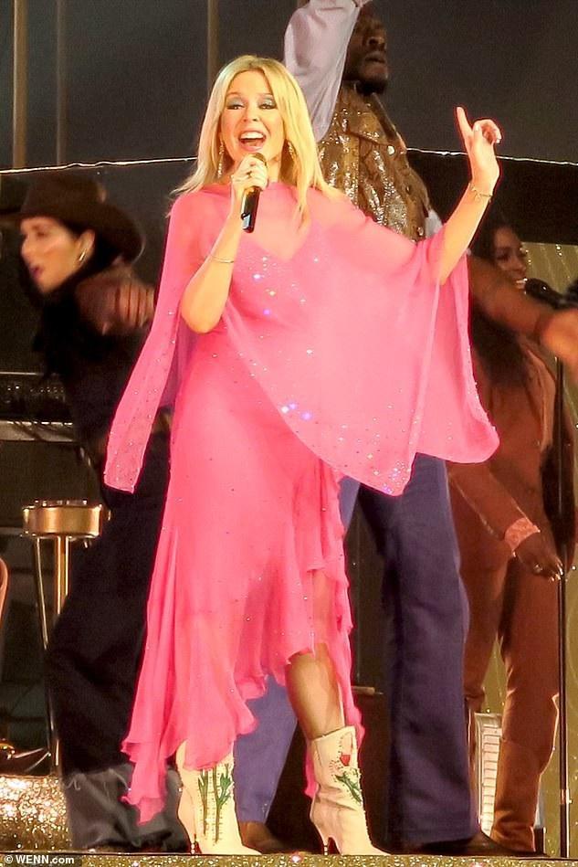 Kylie trẻ trung trong bộ váy hồng và bốt hoa giá 2000 USD của Gucci