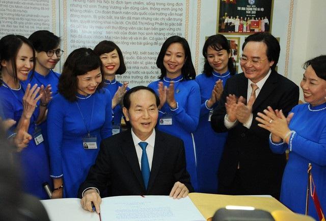 Chủ tịch nước Trần Đại Quang thăm phòng truyền thống của Trường THCS Trưng Vương (quận Hoàn Kiếm, Hà Nội) trong dịp ông đến dự Lễ khai giảng năm học mới 2017 - 2018 của trường. (Ảnh: Đăng Lương)