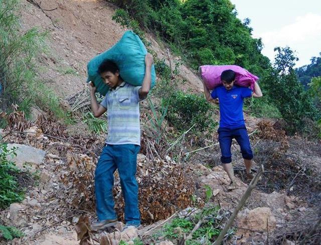 Hàng nghìn món quà dành cho trẻ em vùng lũ được vận chuyển bằng cách cõng trên vai, vượt qua những cung đường núi bị sạt lở...
