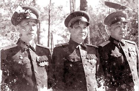 Đại tá Mai Trung Lâm (người đứng giữa - Tư liệu gia đình).