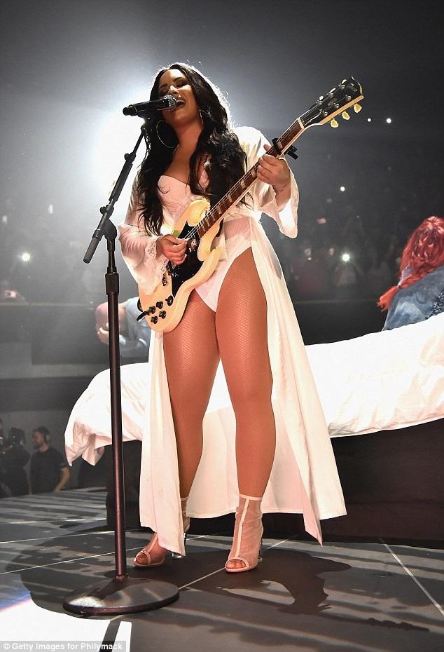 Fan hi vọng nữ ca sĩ 26 tuổi sẽ chóng bình phục và quay lại sân khấu.