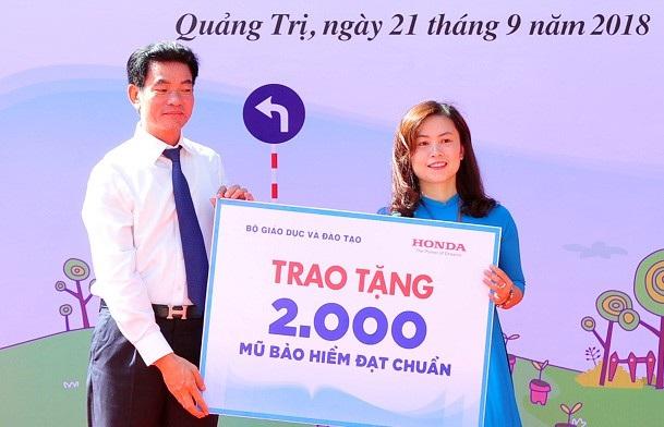 Honda Việt Nam cùng đại lí HEAD Bảo Cường (huyện Hướng Hóa) cũng trao tặng 20 suất học bổng cho các em học sinh nghèo của trường Trung học phổ thông Hướng Hóa đã vượt qua hoàn cảnh khó khăn và giành kết quả cao trong học tập.