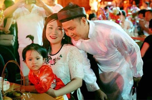NSND Tự Long và vợ đưa con gái đi chơi Tết Trung thu tại Văn Miếu, năm 2017.