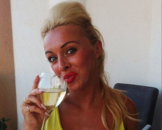 Charlotte Louise Ainslie bị cấm lái xe sau 2 lần vi phạm giới hạn uống say trong lúc điều khiển xe có con ngồi phía sau.
