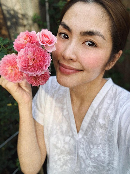 Rất nhiều fan ngợi khen sự mát tay của Hà Tăng để có được vườn hồng nở hoa thật đẹp, hỏi xin bí quyết trồng hoa hồng của cô và cô cũng vui vẻ chia sẻ.
