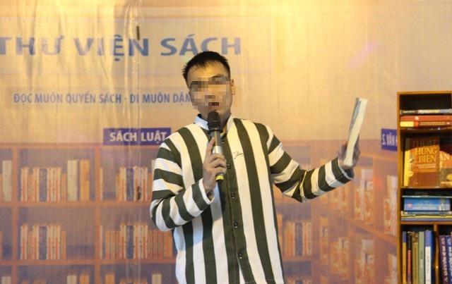 Phạm nhân Nguyễn Hữu Thương trình bày nội dung bài cảm nhận về sách của mình tại buổi tổng kết cuộc thi Cảm nhận về sách do Trại giam số 6 phối hợp với Thư viện tỉnh Nghệ An tổ chức.