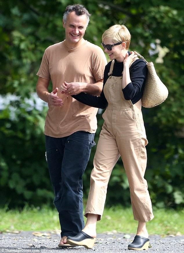 Michelle Williams và chồng Phil Elverum đi mua sắm ở New York ngày 24/9 vừa qua