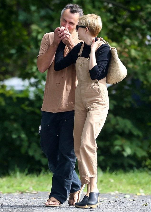 Chồng Michelle Williams âu yếm hôn tay vợ