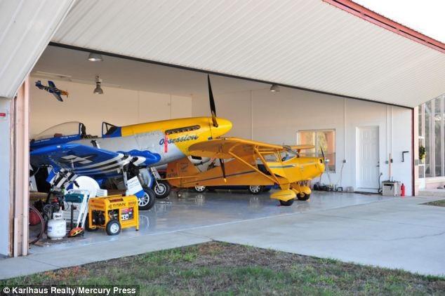 Gara để máy bay của một hộ gia đình trong thị trấn