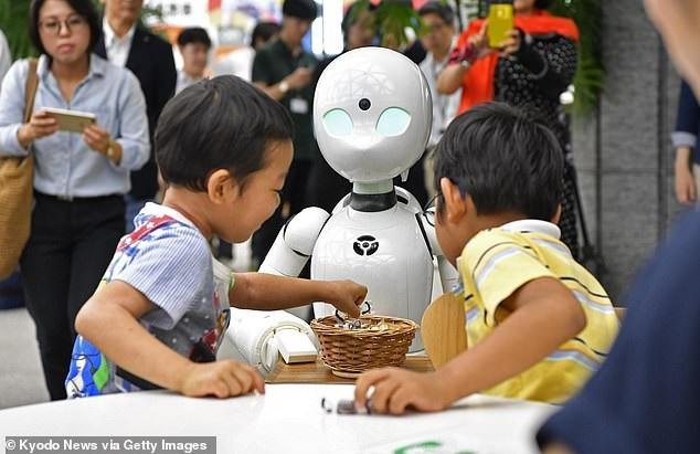 Những bồi bàn robot được nhiều trẻ em yêu thích