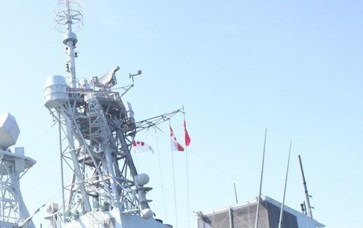 Tàu của Hải quân Hoàng gia Canada treo cờ rủ khi đến Đà Nẵng vào ngày Quốc tang Chủ tịch nước Trần Đại Quang