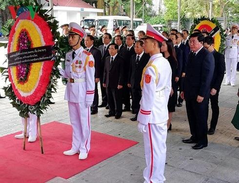 Đoàn đại biểu nước CHDCND Lào do ông Phankham Viphavanh- Ủy viên Bộ Chính trị, Thường trực Ban Bí thư, Phó Chủ tịch nước dẫn đầu vào viếng Chủ tịch nước Trần Đại Quang (Ảnh: Vov)