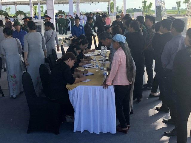 Rất đông người dân cũng đến bàn đăng ký để viếng Chủ tịch nước Trần Đại Quang tại quê nhà.