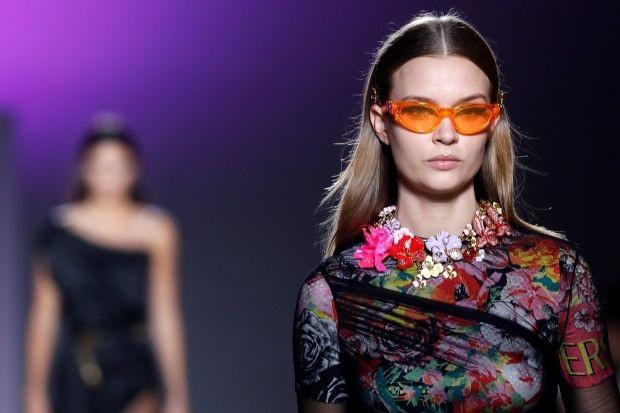 Michael Kors mua lại Versace để vươn lên phân phúc hàng hiệu xa xỉ toàn cầu. (Nguồn: WSJ)