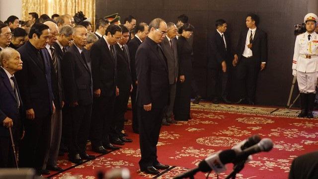 Đoàn Thành uỷ TPHCM do Bí thư Thành uỷ Nguyễn Thiện Nhân dẫn đầu mặc niệm Chủ tịch nước.