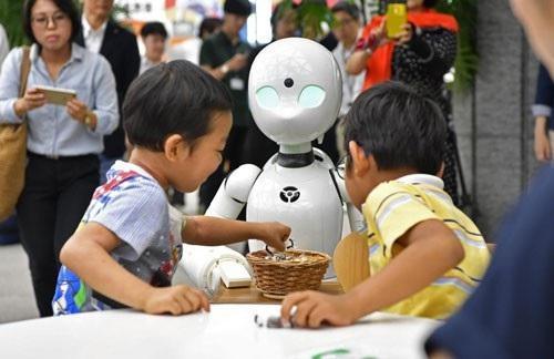 Robot OriHime-D có thể được điều khiển từ xa bởi những người khuyết tật thông qua thiết bị điện tử Ảnh: KYODO