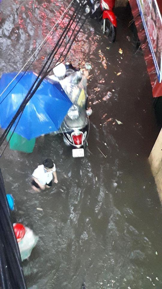 Ngập nước, tắc đường khắp Hà Nội sau cơn mưa lớn cuối chiều - 15