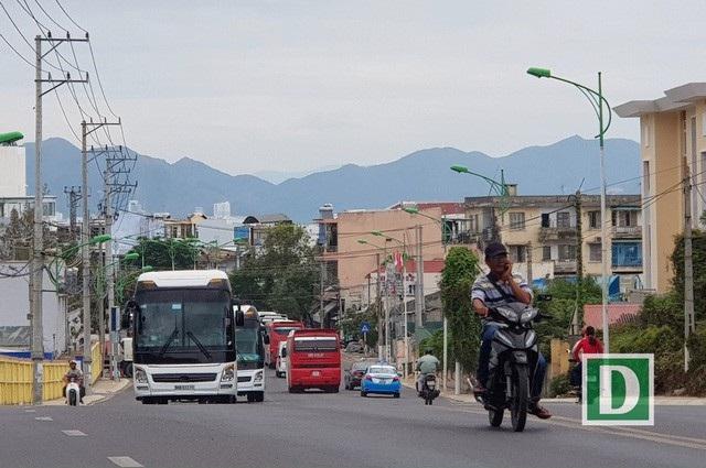 Xe khách chở khách Trung Quốc nối đuôi hàng dài trên đường Trần Phú, Nha Trang